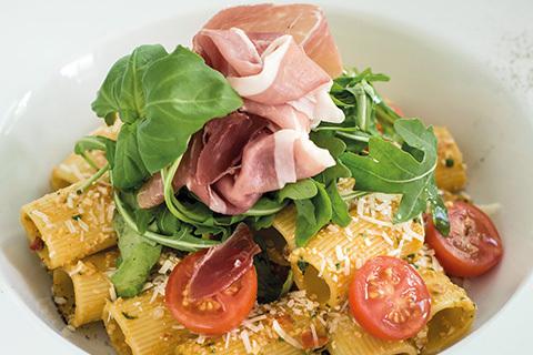 Helgen är räddad! Supersnabb pasta med egen pesto och Serrano