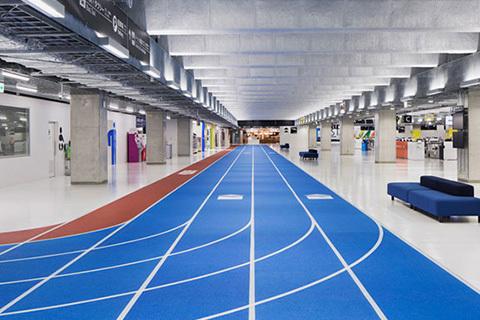 Löparbana på flygplats leder vägen till rätt gate