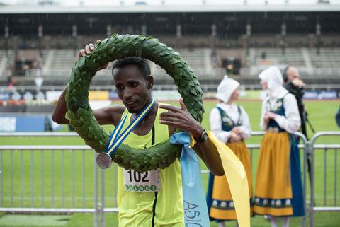 Löparna som trotsade ruskvädret i Stockholm Marathon 2015