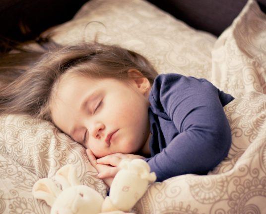 Sömnen är livsviktig. barn som sover