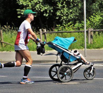 pappa som springer med barnvagn