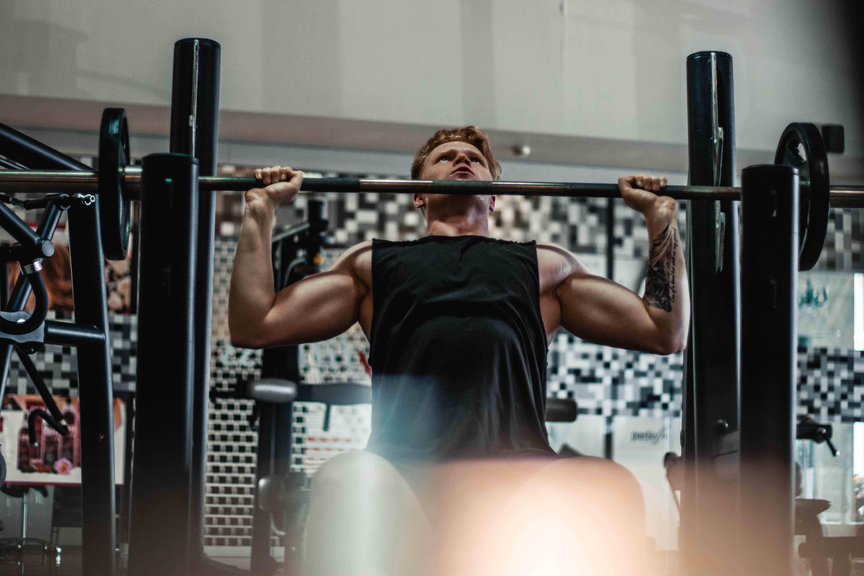 Man som tränar muskler