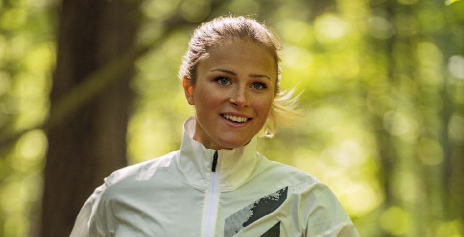 Full fart framåt med skidstjärnan Frida Karlsson