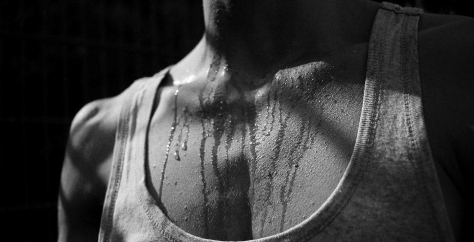 Därför luktar det svett av dina träningskläder